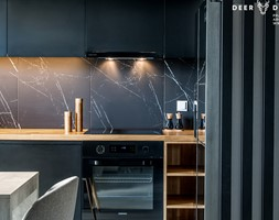 Postaw na czerń - Mała otwarta czarna kuchnia w kształcie litery l z wyspą, styl minimalistyczny - zdjęcie od Deer Design