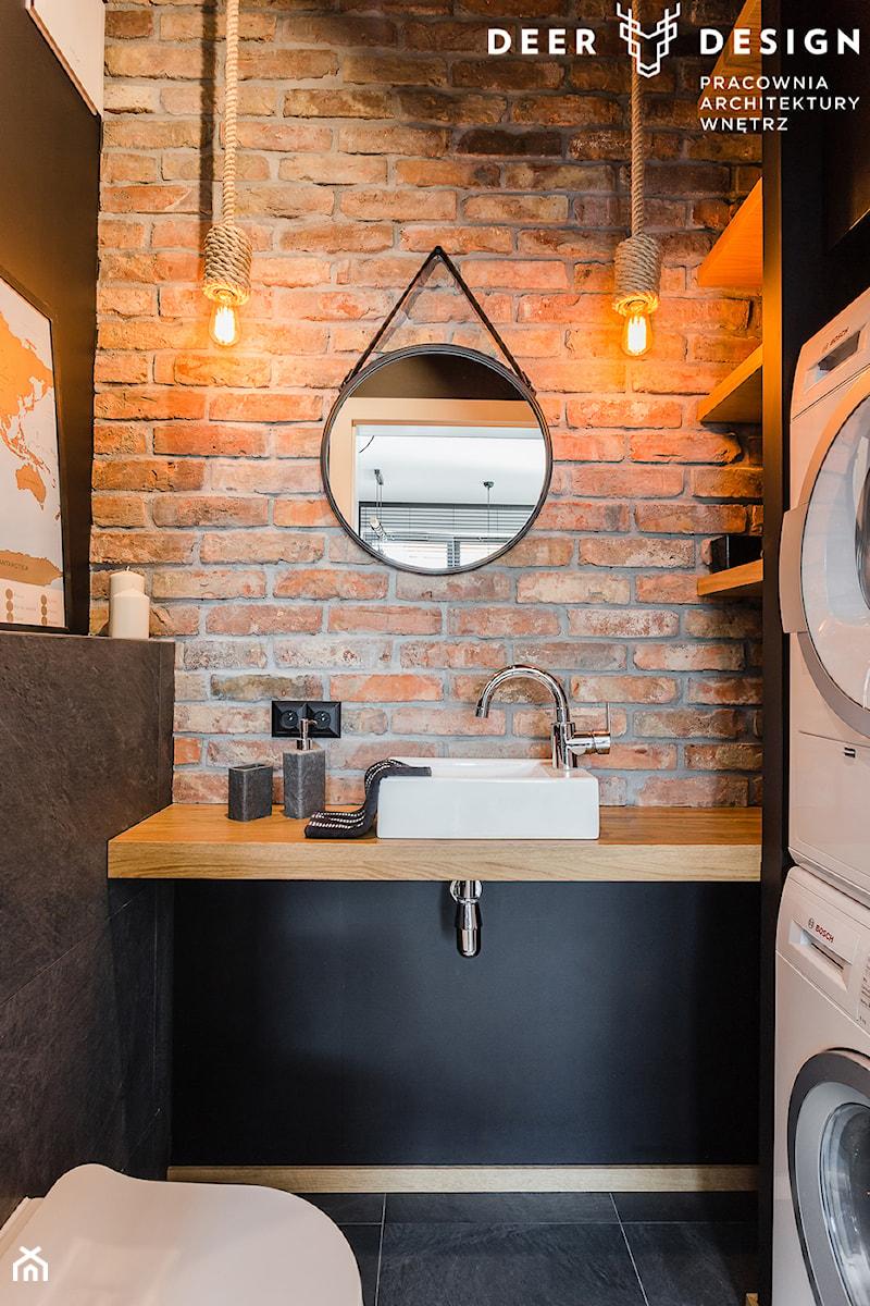Niebanalne rozwiązania na Wilanowie - Mała czarna łazienka w bloku w domu jednorodzinnym bez okna, styl industrialny - zdjęcie od Deer Design