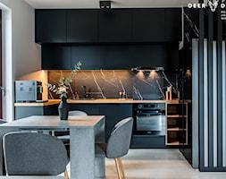 Postaw na czerń - Średnia otwarta szara czarna kuchnia w kształcie litery u z oknem, styl minimalistyczny - zdjęcie od Deer Design