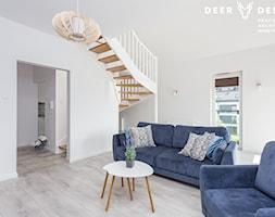 Dwupoziomowe mieszkanie w stylu skandynawskim - Mały biały salon, styl skandynawski - zdjęcie od Deer Design