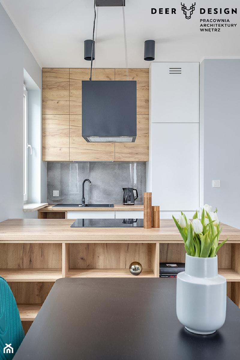 Z turkusowym akcentem - Średnia otwarta szara kuchnia jednorzędowa z wyspą z oknem, styl skandynawski - zdjęcie od Deer Design