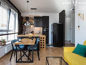 Niebanalne rozwiązania na Wilanowie - Mała biała czarna kuchnia w kształcie litery l w aneksie z wyspą z oknem, styl industrialny - zdjęcie od Deer Design