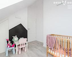Dwupoziomowe mieszkanie w stylu skandynawskim - Mały biały pokój dziecka dla dziewczynki dla ucznia dla niemowlaka, styl skandynawski - zdjęcie od Deer Design