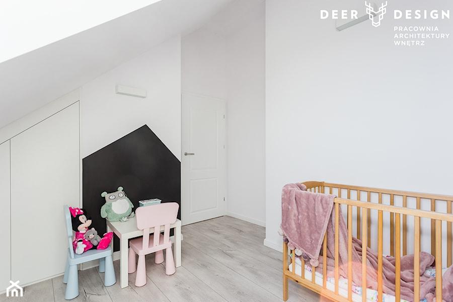 Aranżacje wnętrz - Pokój dziecka: Dwupoziomowe mieszkanie w stylu skandynawskim - Mały biały pokój dziecka dla dziewczynki dla ucznia dla niemowlaka, styl skandynawski - Deer Design. Przeglądaj, dodawaj i zapisuj najlepsze zdjęcia, pomysły i inspiracje designerskie. W bazie mamy już prawie milion fotografii!