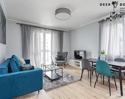 Z turkusowym akcentem - Średni szary salon z jadalnią, styl skandynawski - zdjęcie od Deer Design