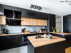 Czerń w towarzystwie drewna - Duża otwarta szara kuchnia w kształcie litery l w aneksie z wyspą z oknem, styl industrialny - zdjęcie od Deer Design