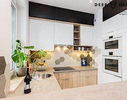 Jasne i przytulne wnętrze na warszawskiej Woli - Mała otwarta wąska biała kuchnia w kształcie litery g z oknem, styl skandynawski - zdjęcie od Deer Design