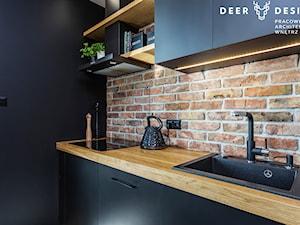 Niebanalne rozwiązania na Wilanowie - Mała beżowa czarna kuchnia jednorzędowa w aneksie, styl industrialny - zdjęcie od Deer Design