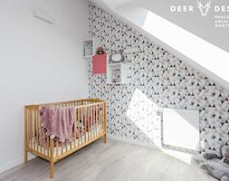 Dwupoziomowe mieszkanie w stylu skandynawskim - Średni biały szary pokój dziecka dla chłopca dla dziewczynki dla niemowlaka, styl skandynawski - zdjęcie od Deer Design