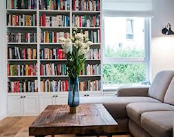 Domowy Eklektyzm - Średni biały salon z bibiloteczką, styl skandynawski - zdjęcie od Deer Design - Homebook
