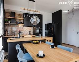 Niebanalne rozwiązania na Wilanowie - Mała biała beżowa kuchnia w kształcie litery l w aneksie z wyspą z oknem, styl industrialny - zdjęcie od Deer Design