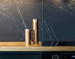 Postaw na czerń - Otwarta zamknięta czarna kuchnia jednorzędowa w aneksie, styl minimalistyczny - zdjęcie od Deer Design