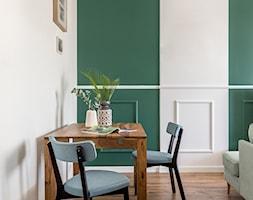 Ze sztukaterią w tle - Mała otwarta biała zielona jadalnia w salonie - zdjęcie od Deer Design