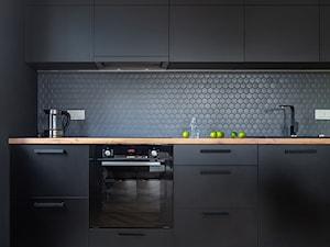 Wzmocnione kolorem - Średnia zamknięta czarna kuchnia w kształcie litery l, styl skandynawski - zdjęcie od Deer Design