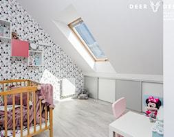 Dwupoziomowe mieszkanie w stylu skandynawskim - Średni biały szary pokój dziecka dla dziewczynki dla niemowlaka dla malucha, styl skandynawski - zdjęcie od Deer Design