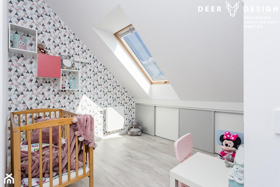 Aranżacje wnętrz - Pokój dziecka: Dwupoziomowe mieszkanie w stylu skandynawskim - Średni biały szary pokój dziecka dla dziewczynki dla niemowlaka dla malucha, styl skandynawski - Deer Design. Przeglądaj, dodawaj i zapisuj najlepsze zdjęcia, pomysły i inspiracje designerskie. W bazie mamy już prawie milion fotografii!