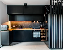 Postaw na czerń - Średnia otwarta biała czarna kuchnia w kształcie litery u z oknem, styl minimalistyczny - zdjęcie od Deer Design