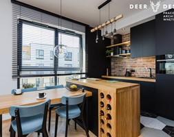 Niebanalne rozwiązania na Wilanowie - Mała biała czarna kuchnia dwurzędowa w aneksie z wyspą z oknem, styl industrialny - zdjęcie od Deer Design