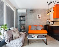 Industrialne wnętrze mieszkania dwupoziomowego - Mały szary biały salon z kuchnią, styl industrialny - zdjęcie od Deer Design