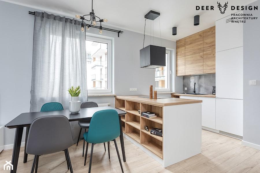 Z turkusowym akcentem - Mała otwarta biała szara kuchnia dwurzędowa w aneksie z oknem, styl skandynawski - zdjęcie od Deer Design