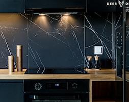 Postaw na czerń - Czarna kuchnia w kształcie litery l, styl minimalistyczny - zdjęcie od Deer Design