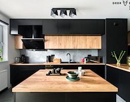 Czerń w towarzystwie drewna - Duża otwarta biała szara czarna kuchnia w kształcie litery l z wyspą z oknem, styl industrialny - zdjęcie od Deer Design