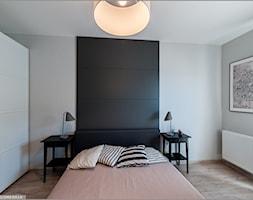 Fotografia wnętrz - Średnia szara czarna sypialnia małżeńska, styl nowoczesny - zdjęcie od trzykolory.com.pl - Homebook