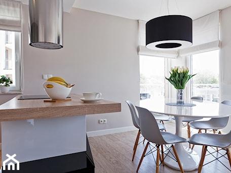 Aranżacje wnętrz - Jadalnia: Mieszkanie w Gydni - Średnia otwarta biała jadalnia w kuchni, styl nowoczesny - InteriorIdea. Przeglądaj, dodawaj i zapisuj najlepsze zdjęcia, pomysły i inspiracje designerskie. W bazie mamy już prawie milion fotografii!