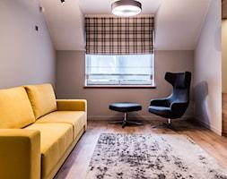 Dom Jednorodzinny, Gdynia. - Średnia beżowa szara sypialnia dla gości małżeńska na poddaszu, styl nowoczesny - zdjęcie od InteriorIdea