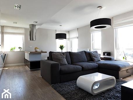 Aranżacje wnętrz - Salon: Mieszkanie w Gydni - Średni biały salon z kuchnią, styl nowoczesny - InteriorIdea. Przeglądaj, dodawaj i zapisuj najlepsze zdjęcia, pomysły i inspiracje designerskie. W bazie mamy już prawie milion fotografii!