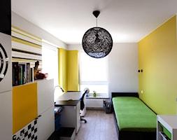 Mieszkanie w Gydni - Mały biały żółty pokój dziecka dla chłopca dla ucznia dla nastolatka, styl nowoczesny - zdjęcie od InteriorIdea