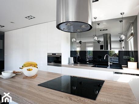 Aranżacje wnętrz - Kuchnia: Mieszkanie w Gydni - Duża otwarta biała kuchnia jednorzędowa z wyspą z oknem, styl nowoczesny - InteriorIdea. Przeglądaj, dodawaj i zapisuj najlepsze zdjęcia, pomysły i inspiracje designerskie. W bazie mamy już prawie milion fotografii!