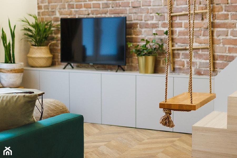 Urban Jungle - mieszkanie na wynajem krótkoterminowy - Mały szary salon, styl eklektyczny - zdjęcie od studio hex