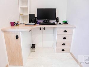 Kompletne Zgranie - Mały biały pokój dziecka dla chłopca dla nastolatka, styl tradycyjny - zdjęcie od Ekskluzywne Schody Drewniane Strzałka