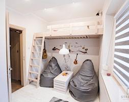 Kompletne Zgranie - Mały biały pokój dziecka dla chłopca dla dziewczynki dla malucha dla nastolatka, styl tradycyjny - zdjęcie od Ekskluzywne Schody Drewniane Strzałka