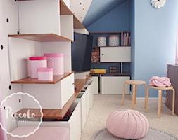 Pokój Basi - Mały biały niebieski pokój dziecka dla chłopca dla dziewczynki dla malucha, styl skandynawski - zdjęcie od Piccolo Interiors