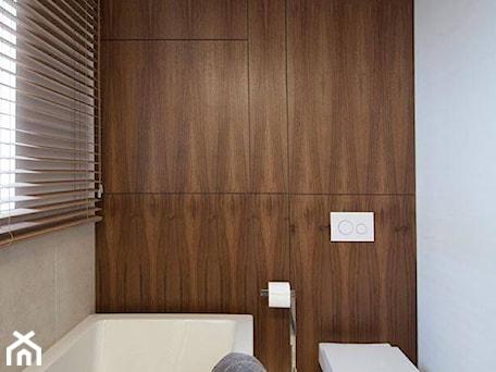 Aranżacje wnętrz - Łazienka: Realizacje - Mała biała szara łazienka w bloku w domu jednorodzinnym z oknem, styl nowoczesny - HOSTA MEBLE . Przeglądaj, dodawaj i zapisuj najlepsze zdjęcia, pomysły i inspiracje designerskie. W bazie mamy już prawie milion fotografii!