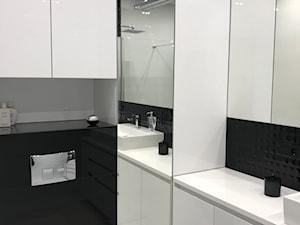 Realizacje - Mała biała czarna łazienka na poddaszu w bloku w domu jednorodzinnym bez okna, styl nowoczesny - zdjęcie od HOSTA MEBLE