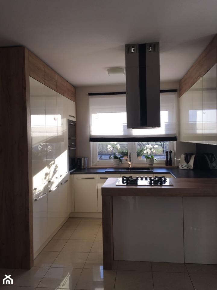 Realizacje - Średnia otwarta biała beżowa kuchnia w kształcie litery g z wyspą - zdjęcie od HOSTA MEBLE