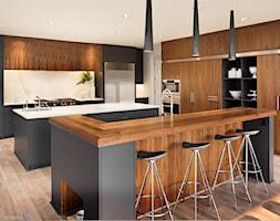Realizacje - Duża otwarta biała szara kuchnia dwurzędowa w aneksie z wyspą, styl nowoczesny - zdjęcie od HOSTA MEBLE