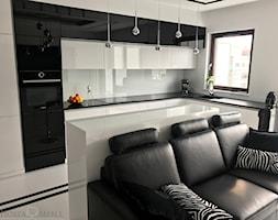 Realizacje - Średnia otwarta biała kuchnia w kształcie litery l w aneksie z oknem, styl nowoczesny - zdjęcie od HOSTA MEBLE