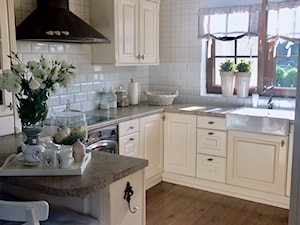 Realizacje - Średnia otwarta biała kuchnia w kształcie litery g z wyspą z oknem, styl prowansalski - zdjęcie od HOSTA MEBLE