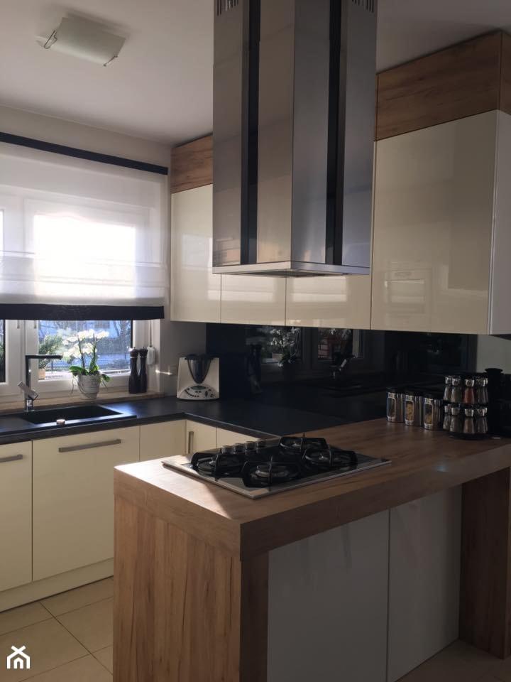 Realizacje - Mała otwarta biała czarna kuchnia w kształcie litery l z wyspą - zdjęcie od HOSTA MEBLE