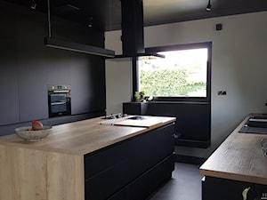 Realizacje - Duża otwarta biała szara kuchnia dwurzędowa z wyspą z oknem, styl nowoczesny - zdjęcie od HOSTA MEBLE