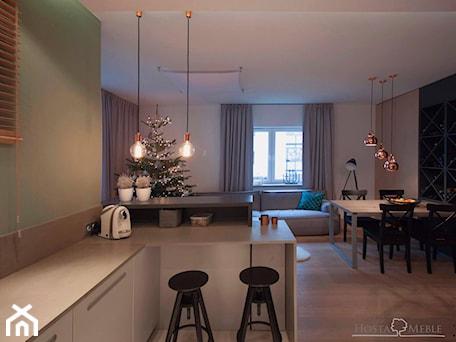 Aranżacje wnętrz - Salon: Realizacje - Średni kolorowy salon z kuchnią z jadalnią, styl nowoczesny - HOSTA MEBLE . Przeglądaj, dodawaj i zapisuj najlepsze zdjęcia, pomysły i inspiracje designerskie. W bazie mamy już prawie milion fotografii!