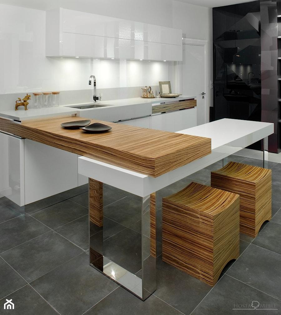Realizacje - Średnia otwarta biała szara czarna kuchnia w kształcie litery u w aneksie, styl nowoczesny - zdjęcie od HOSTA MEBLE