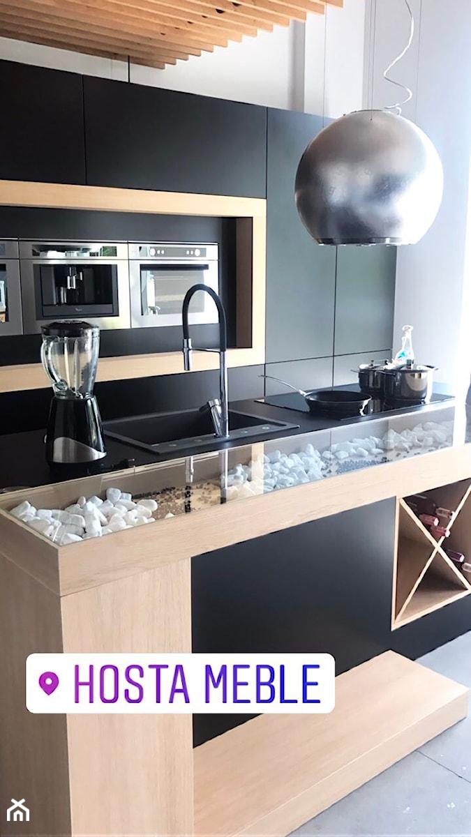 Realizacje - Średnia otwarta biała kuchnia dwurzędowa z wyspą, styl nowoczesny - zdjęcie od HOSTA MEBLE