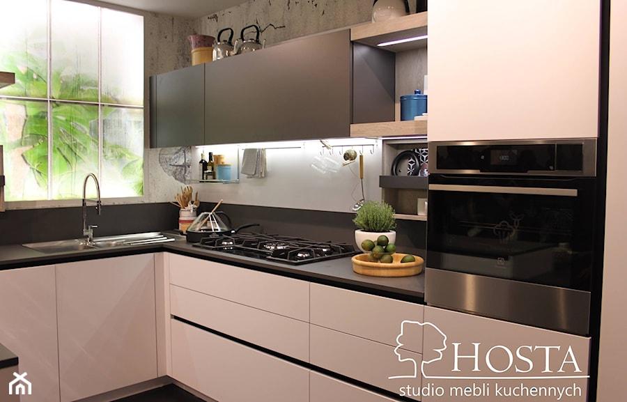 Realizacje - Mała średnia zamknięta szara czarna kuchnia w kształcie litery l z oknem - zdjęcie od HOSTA MEBLE