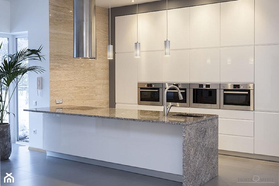 Realizacje - Średnia otwarta biała beżowa kuchnia dwurzędowa w aneksie z wyspą, styl nowoczesny - zdjęcie od HOSTA MEBLE