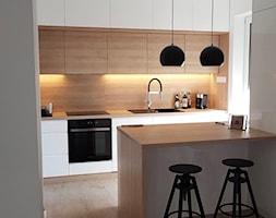 Realizacje - Średnia otwarta biała kuchnia jednorzędowa z wyspą, styl nowoczesny - zdjęcie od HOSTA MEBLE